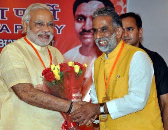 उतावले केंद्रीय मंत्री ने मिठाई बांटी, बधाइयां ले लीं लेकिन पार्टी ने कहा अफवाहों से बचें