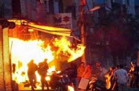दिल्ली पुलिस हमलावर बीजेपी के गुंडों की भीड़ के साथ मिलकर हिंसा और आगजनी में भाग लेती दिखी
