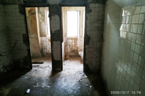 अस्पताल में कमरा नंबर 141 की तरफ जाते समय दायें हाथ पर एक शौचालय के हाल चांदनी चौक के बल्लीमारान में सड़ रहे किसी भी शौचालय से बदतर हैं…